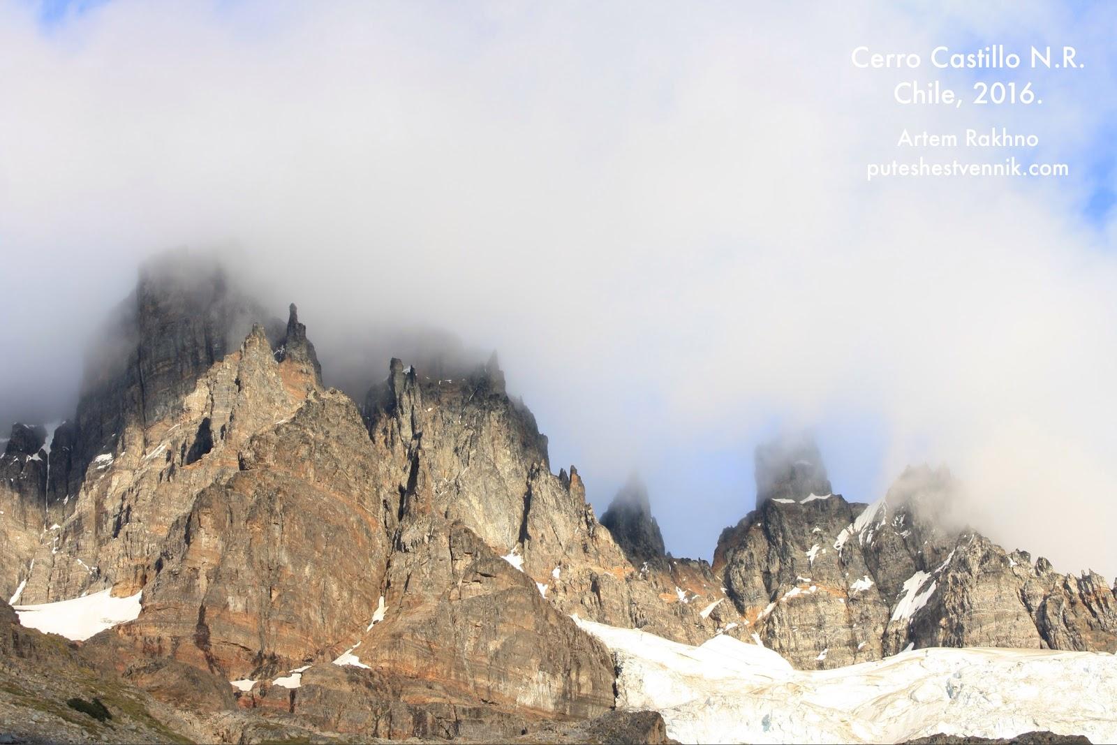 Облака и остроконечные вершины гор