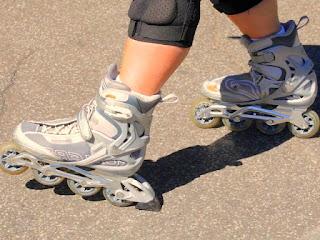 belajar-naik-sepatu-roda.jpg