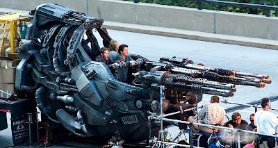 Mark Wahlberg,Nicola Peltz şi Jack Reynor într-o navă extraterestră pe platourile de filmare Tranformers: Age Of Extinction