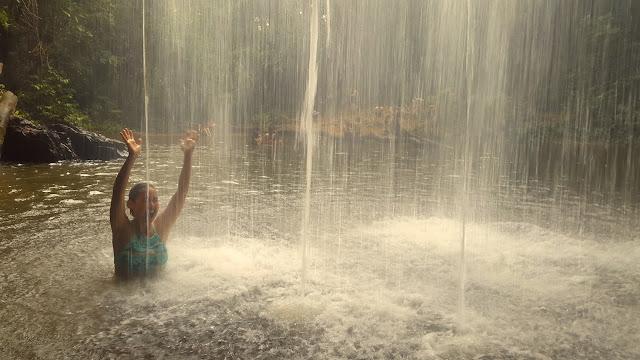 Dá para ficar bem embaixo da queda d'água!