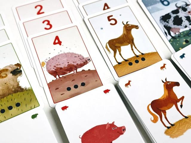 na zdjęciu zbliżenie na karty ze świniami i końmi