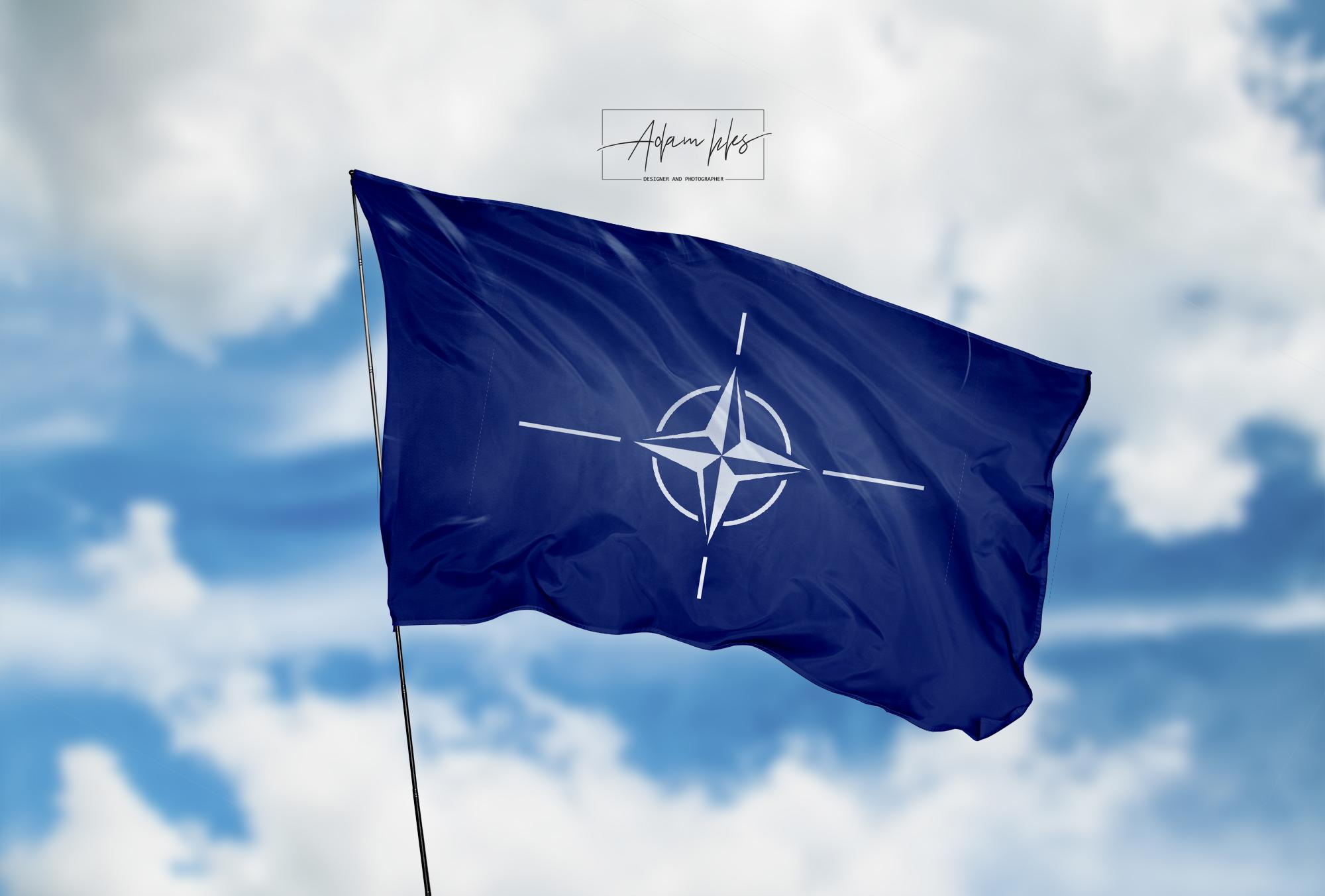 تحميل اجمل خلفية حلف الناتو خلفية علم حلف الناتو يرفرف في السماء 4K