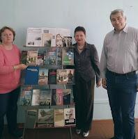Ліна Пескіна та Анаталій Подольський біля книжкової виставки