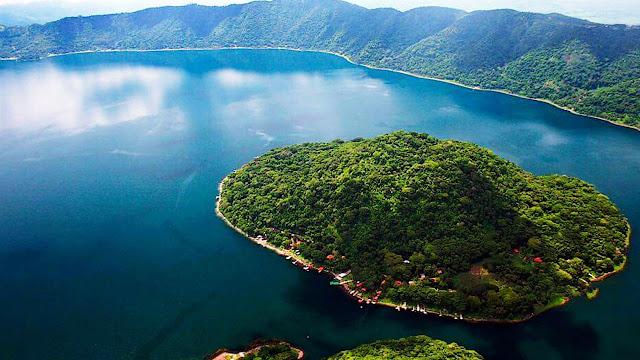 El lago de Coatepeque es una belleza natural, un fantástico destino turístico, ubicado en el departamento de Santa Ana, la segunda ciudad más importante de El Salvador, se encuentra en el pintoresco valle de Sihuatehuacán, entre tres volcanes.
