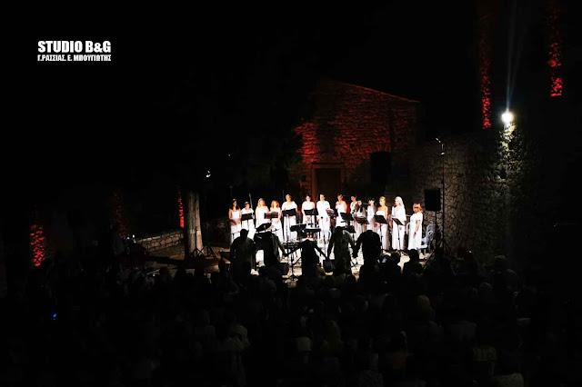 Ρομαντική βραδιά στο Παλαμήδι με τραγούδια του Μάνου και του Μίκη στο φως της Πανσελήνου (βίντεο)