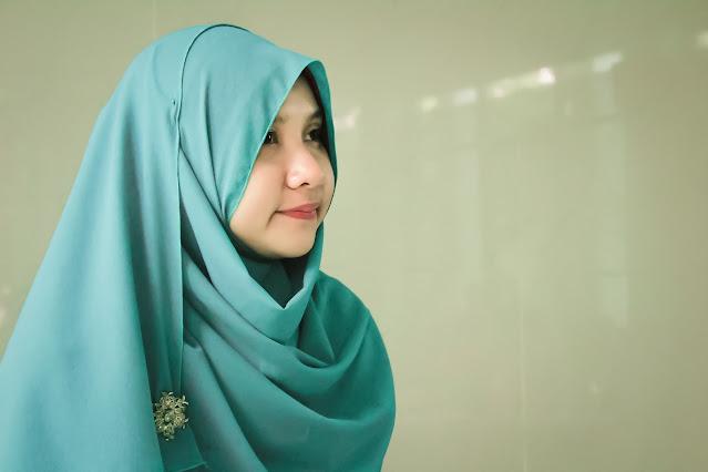 インドネシアのヒジャブを被るムスリム女性