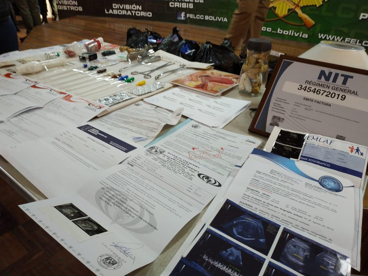 Sujeto con bata de la CNS también realizaba exámenes, ecografías y cirugía menores / ÁNGEL SALAZAR