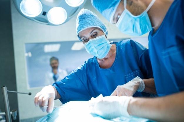 Θεσσαλονίκη: Πήγε να χειρουργηθεί και ξέχασαν μέσα του ολόκληρη βελόνα