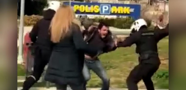 Ωμή, απρόκλητη αστυνομική βία στη Νέα Σμύρνη – Χτύπησαν με μανία, χωρίς λόγο, με πτυσσόμενα γκλομπ, τους πολίτες στην πλατεία