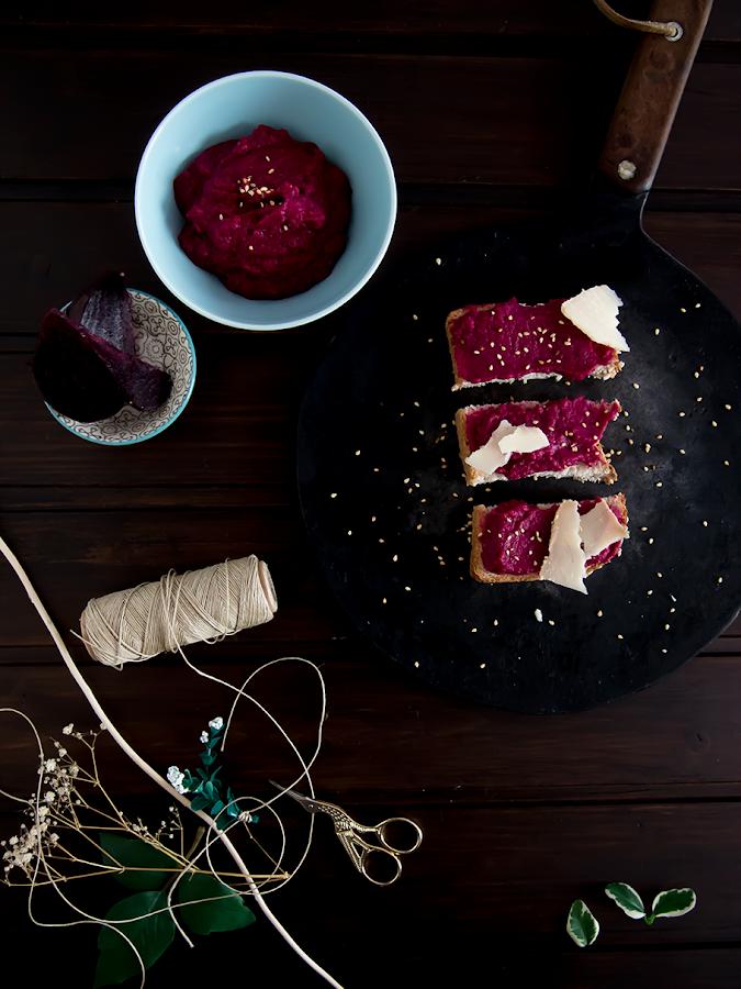 Montaditos de hummus de remolacha y queso
