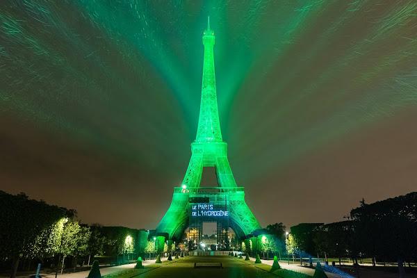 Toyota ilumina a Torre Eiffel com energia fornecida por gerador de hidrogênio