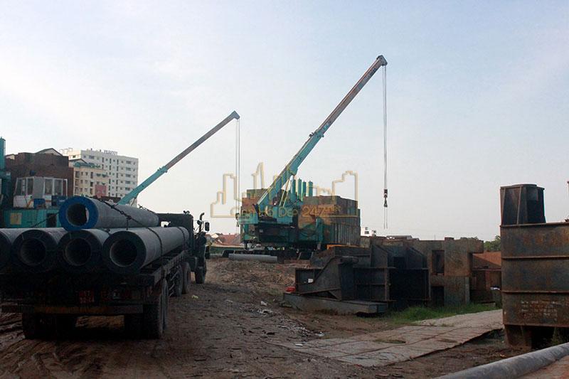 Xe chở thiết bị và vật dụng vào thi công dự án Diamond Riversde (Căn hộ City Gate 2)