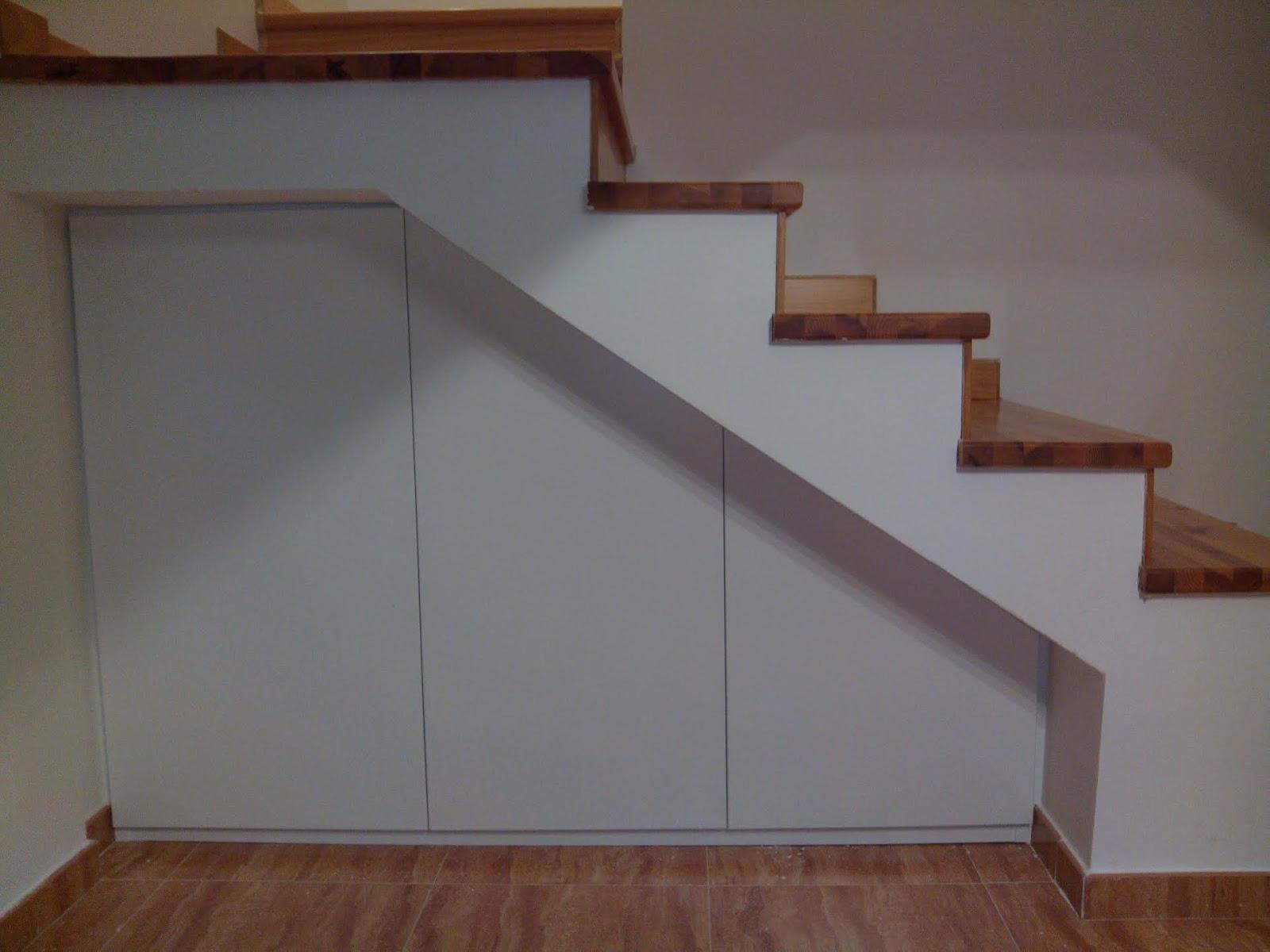Marco con puertas bajo escalera muebles cansado - Puertas para escaleras ...