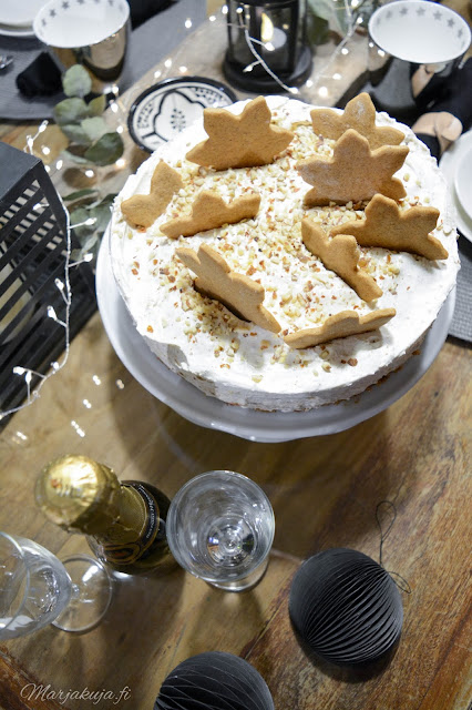 uusi vuosi kattaus kakku skumppa juhla kynttilät sisustus musta rustiikki