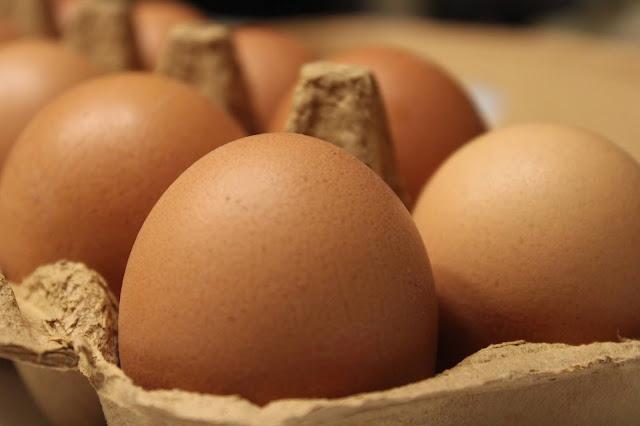 Closeup de uma caixa de ovos