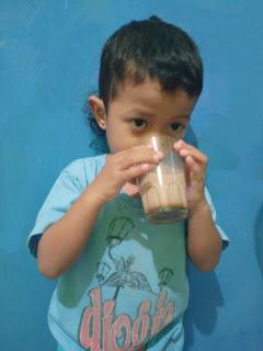 Minum susu indomilk