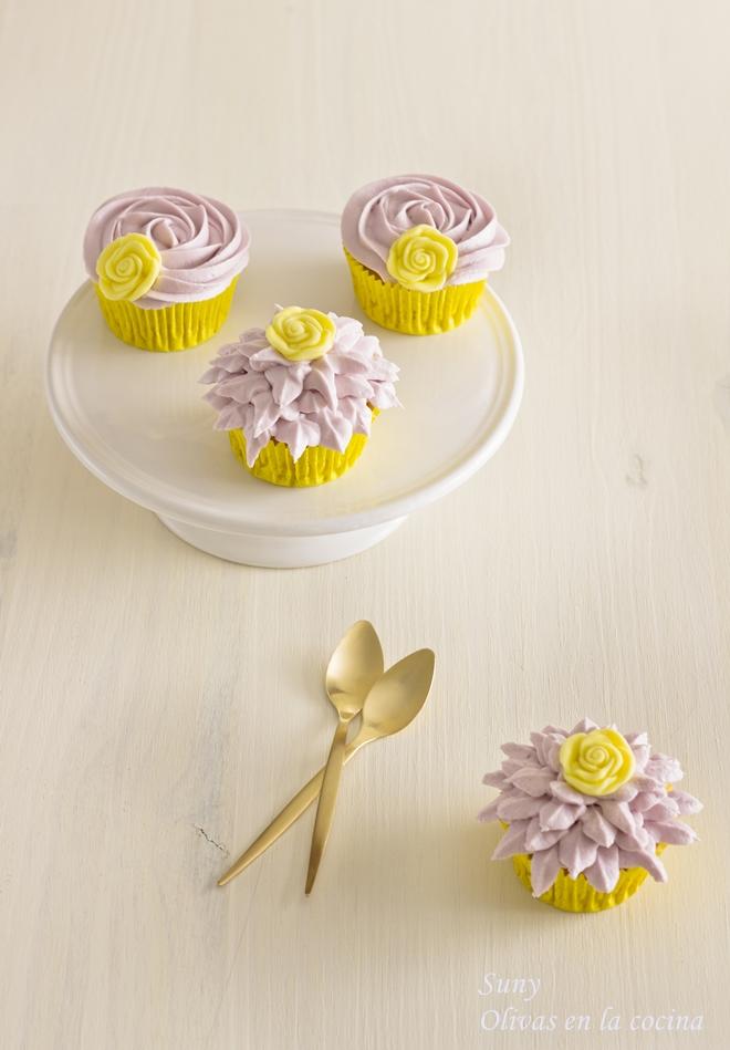 Cupcakes de vainilla con crema de violetas