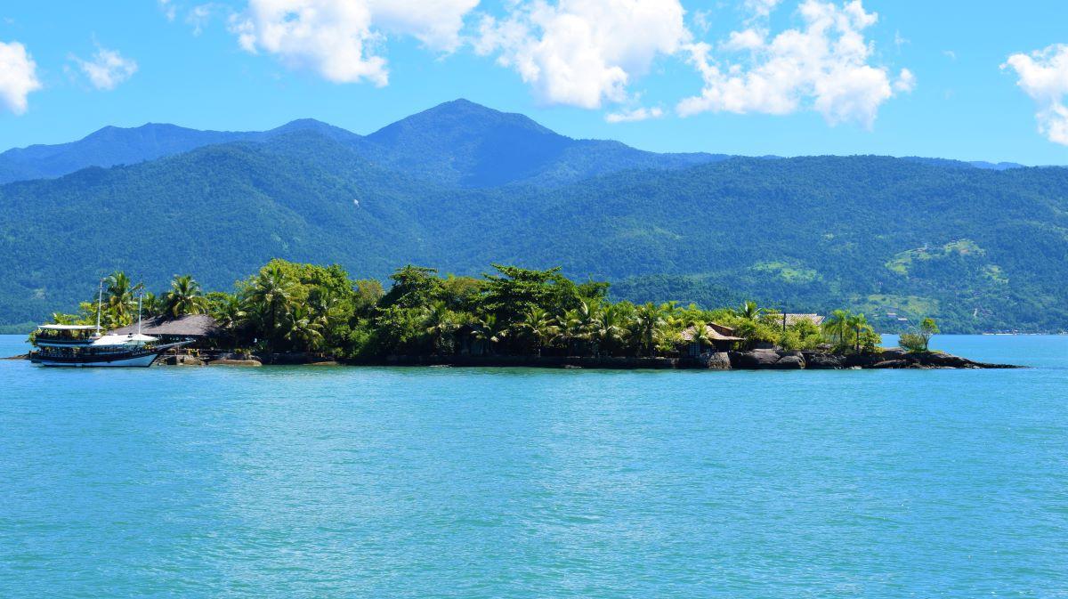 ilha pequena em mar aberto de águas esverdeadas