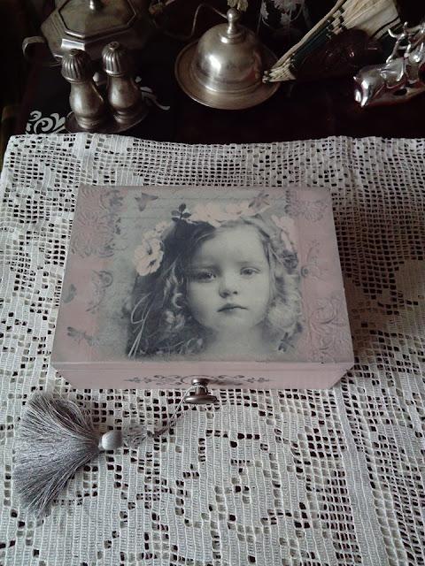 Inspiracje ze świata sztuki – szkatułka z dziewczynką w stylu retro :)