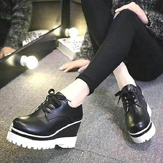 Wanita sangat modis memakai sepatu man shoes style untuk kuliah