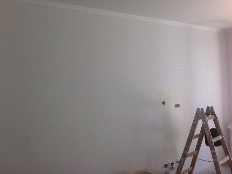 kolor ściany i sztukaterii w małym kontraście