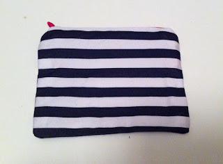 siyah beyaz çizgili cüzdan