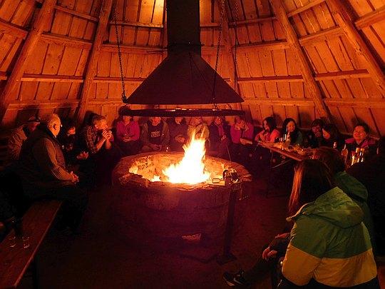 Zgromadzeni wokół ogniska śpiewamy i wspominamy.