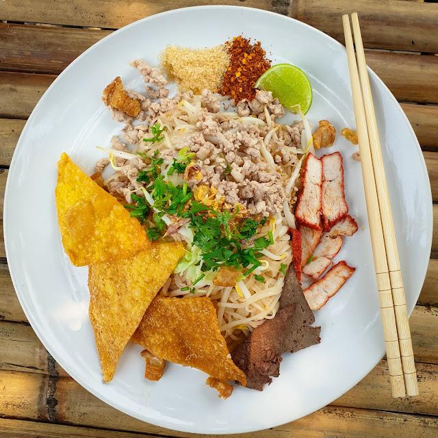 ก๋วยเตี๋ยวแห้งหมูสับ Thai Rice Noodles with Minced Pork & Roasted Pork