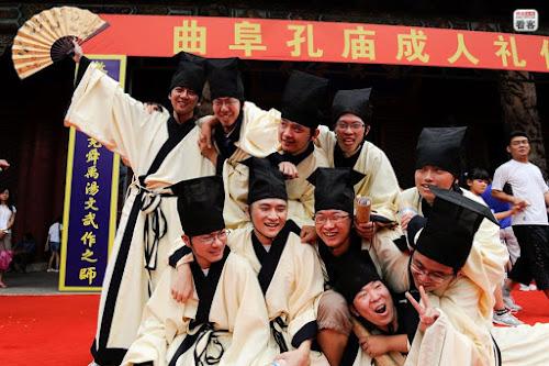 Estudantes participam de cerimônia do boné viril em um templo de Confúcio na cidade de Qufu