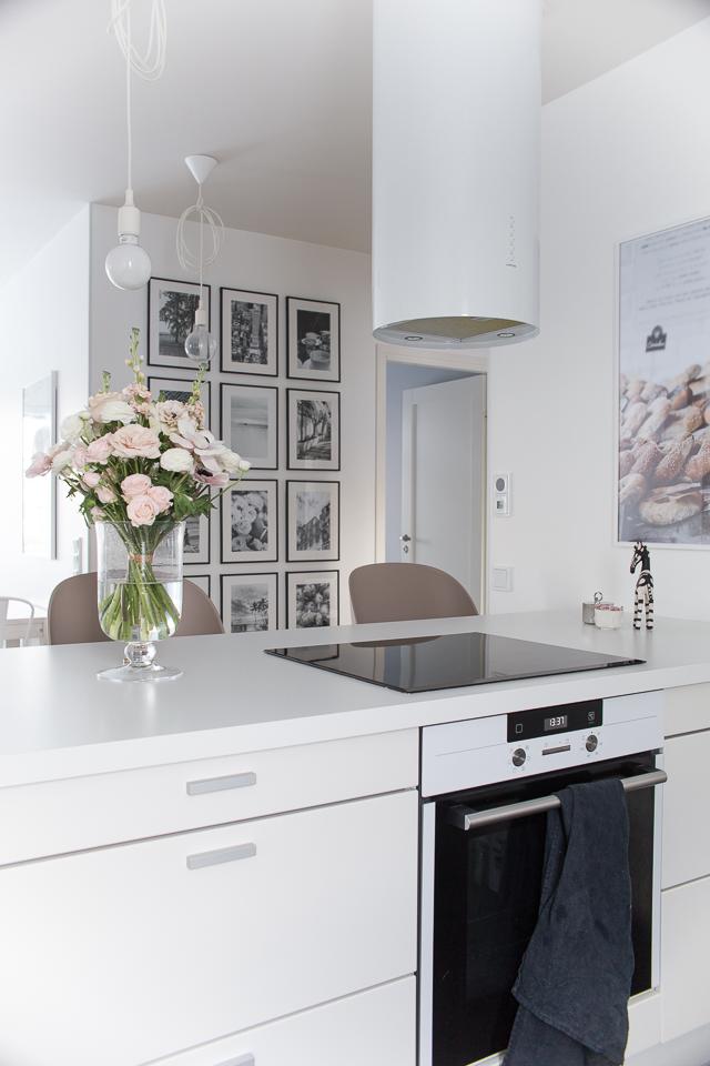 Villa H, taulukollaasi, keititön sisustus, valkoinen keittiö