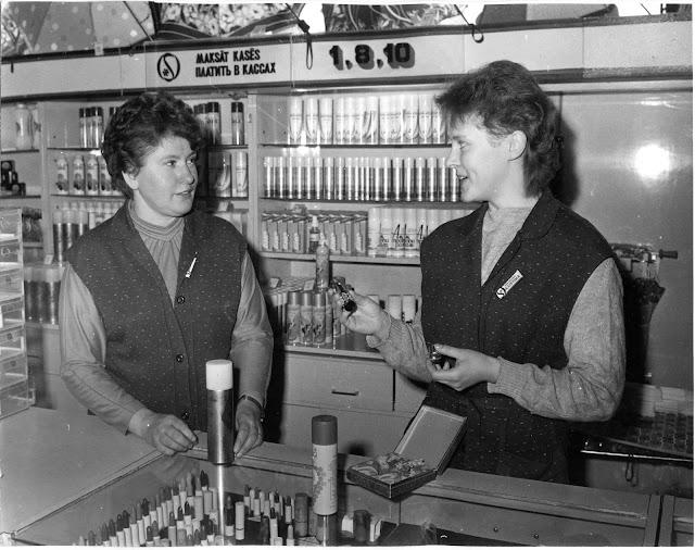 1970-е годы. Рига. Парфюмерный отдел магазина Sakta.