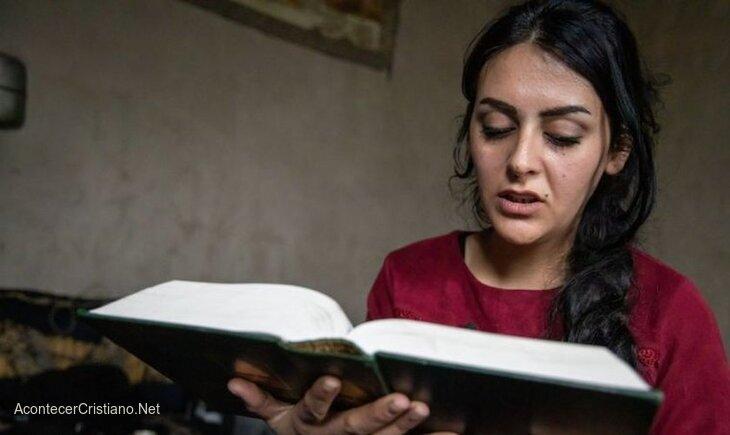 Mujer siria leyendo Biblia