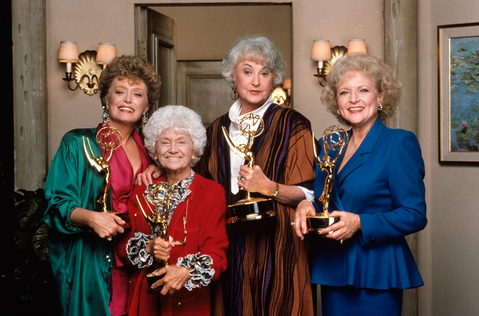 Rue McClanahan, Estelle Getty, Bea Arthur y Betty White cada una con su Emmy por Las Chicas de Oro