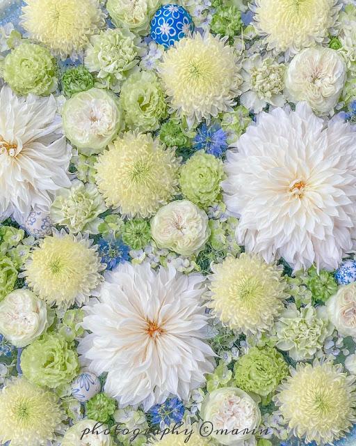 Decoración con flores juntas sin agua sobre superficie