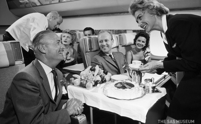 - كان الشاي يتم تقديمه خلال الستينات في أواني الشاي الرائعة ويرافقه قطعة من كعكة طازجة, وكانت الفاكهة الطازجة لأي شخص.