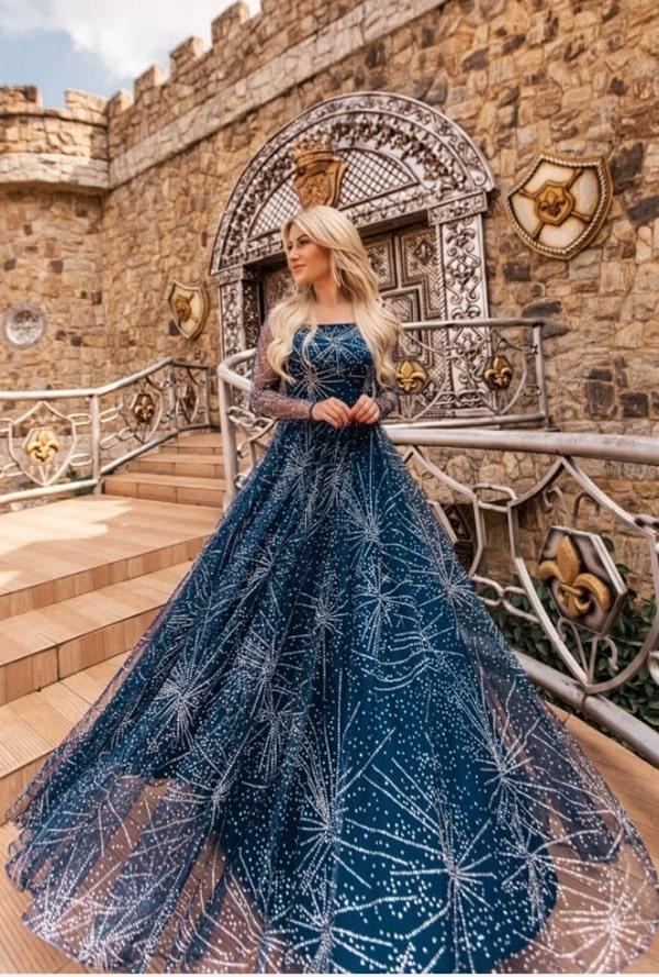 Vestido de festa longo azul marinho com manga longa e bordados prata