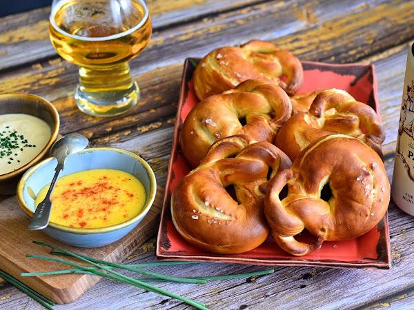 Баварски бретцели с два вида сос