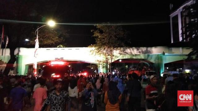 Detik-detik Kereta Api Tabrak Penonton Drama Surabaya Membara