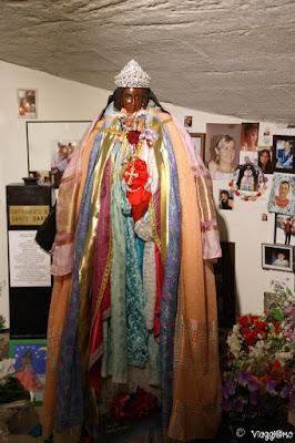 La statua di Sara la Nera ornata da vestiti e lustrini