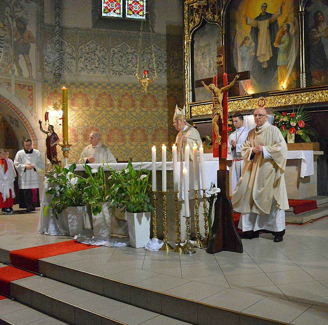 O bispo de Legnice proclama o milagre eucarístico no santuário de São Jacinto.