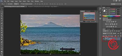 1. Langkah pertama buka aplikasi Photoshop, buka gambar atau foto yang ingin dibuat melengkung dan pastikan layer tidak terkunci