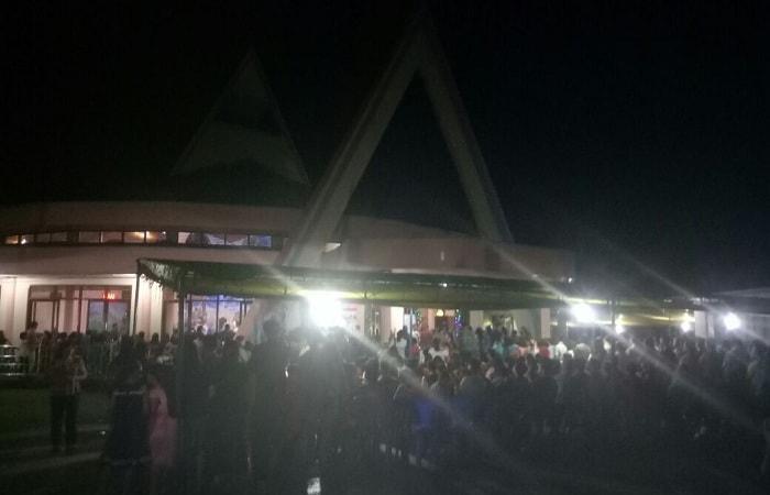 Jemaat memasuki Gereja yang ingi beribadah merayakan Natal di Kabupaten Sekadau.