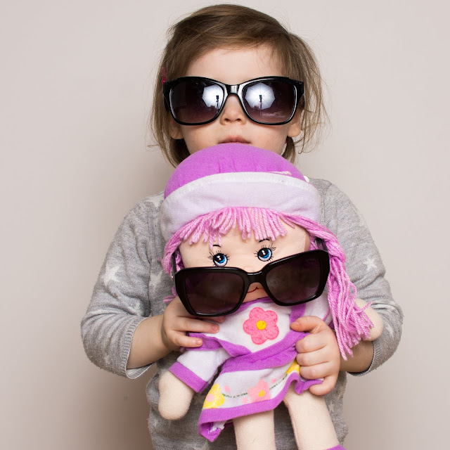 dzicko z lalką