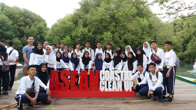 SMAN 110 Aksi Bersih Pantai 2019 Bersama Menteri LHK