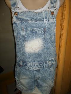 jardineira jeans curta  manchada