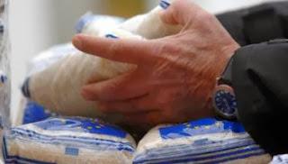 H E.E. στέλνει ρύζι Κίνας και ληγμένα τυριά για συσσίτια των Ελλήνων που εξαθλιώνει