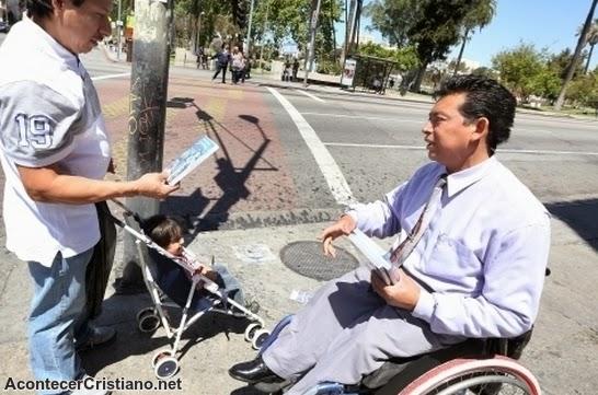 Pastor discapacitado evangeliza en silla de ruedas