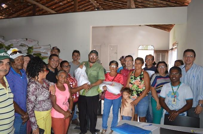 Prefeito realiza a entrega de sementes para a agricultura familiar