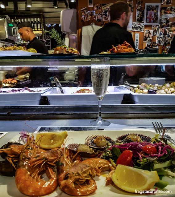 Vieiras e camarões servidos no restaurante El Ramblero de La Boqueria, Mercado da Boqueria, Barcelona