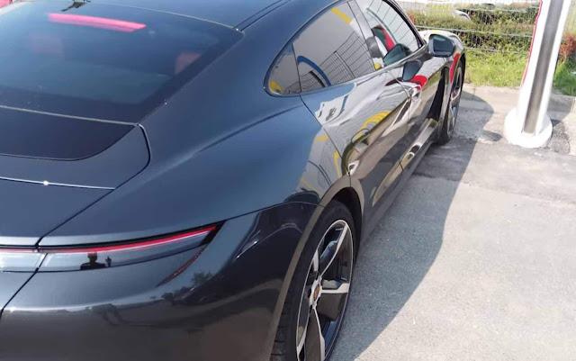 Porsche Taycan carregado em charger V3